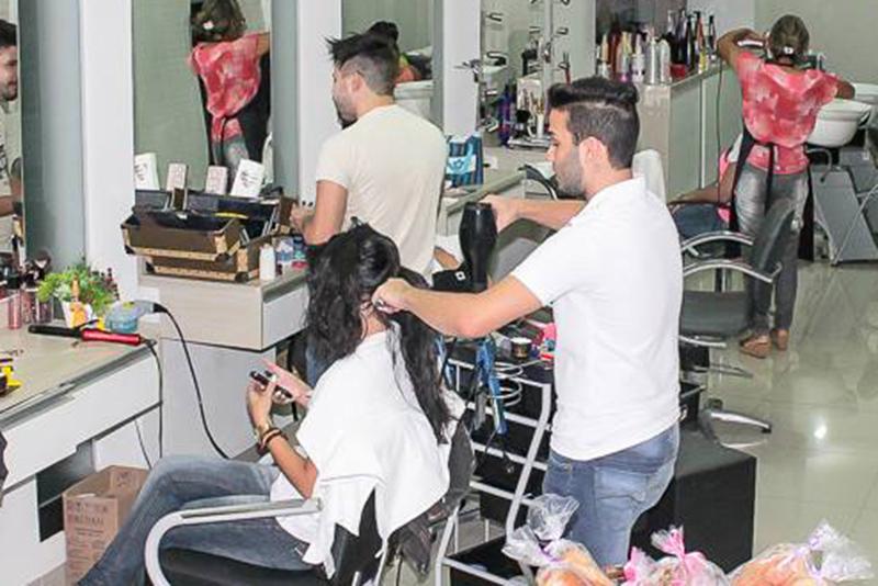 Anualmente as famílias brasileiras gastam R$ 20,3 bilhões com serviços de cabeleireiros, manicure e pedicure. O maior volume de consumo está na classe C, com R$ 11,8 bilhões, enquanto o valor médio de consumo das famílias...